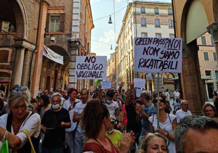 No al Green pass, anche a Modena sfila la protesta: vaccinati e non vaccinati insieme