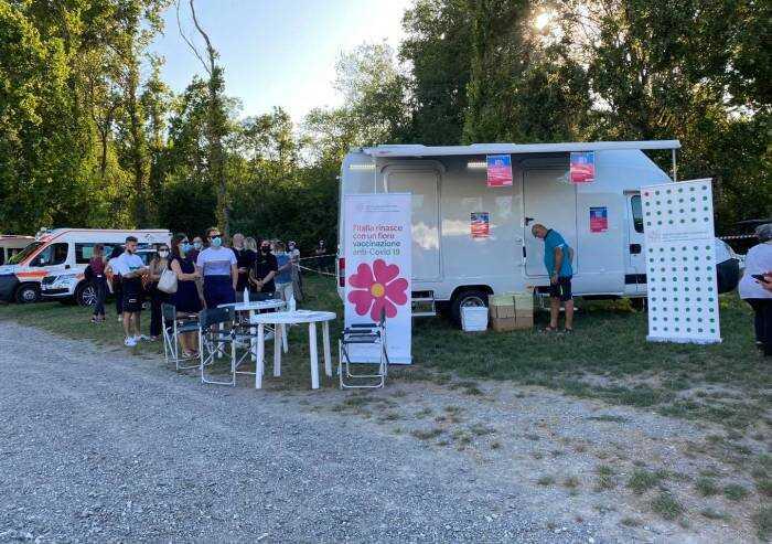 Festa Pd, fila per vaccini: ma al luna park si entra senza green pass