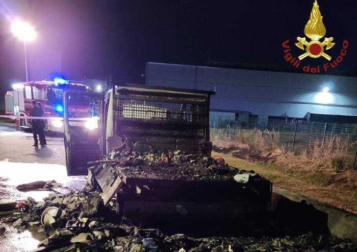 Cavezzo: a fuoco nella notte camioncino zona industriale