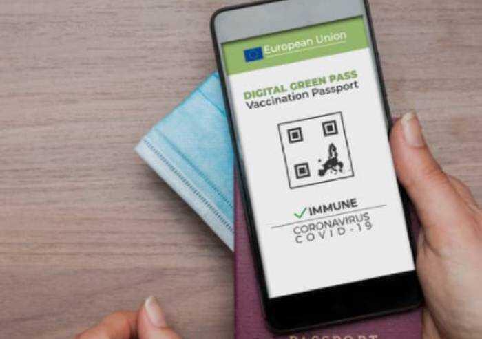 Francia da lunedì green pass obbligatorio grandi centri commerciali