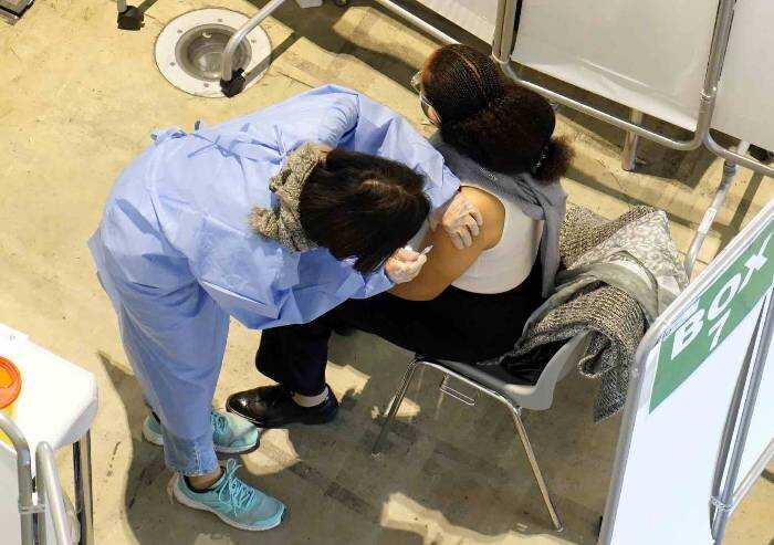 Vaccini Covid, ok Aifa a somministrazione della terza dose in Italia