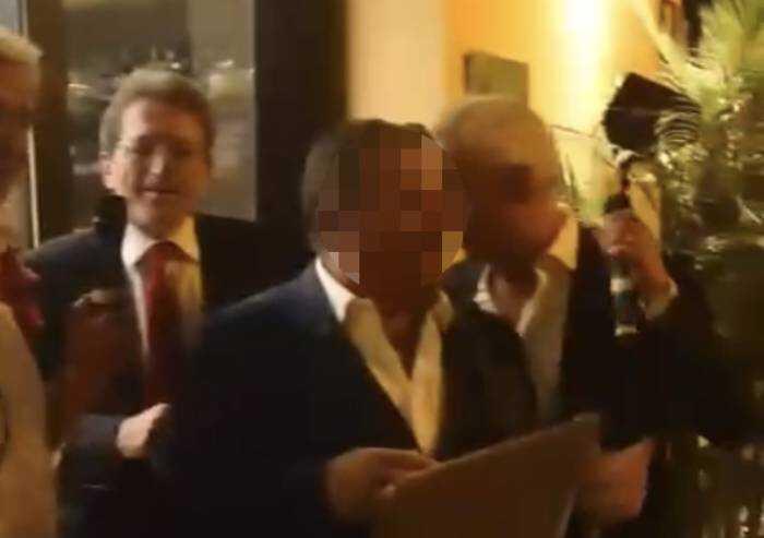 'Assembramenti e balli: ecco qua il sindaco delle prediche anti-Covid'
