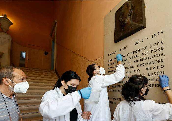 Modena, gli studenti puliscono la stele di Boni al Museo civico