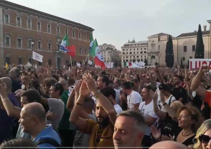 Roma, decine di migliaia contro il Green pass in piazza San Giovanni