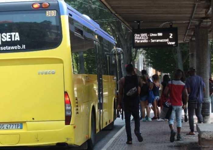 Bus affollati, nulla è cambiato... Altro che green pass