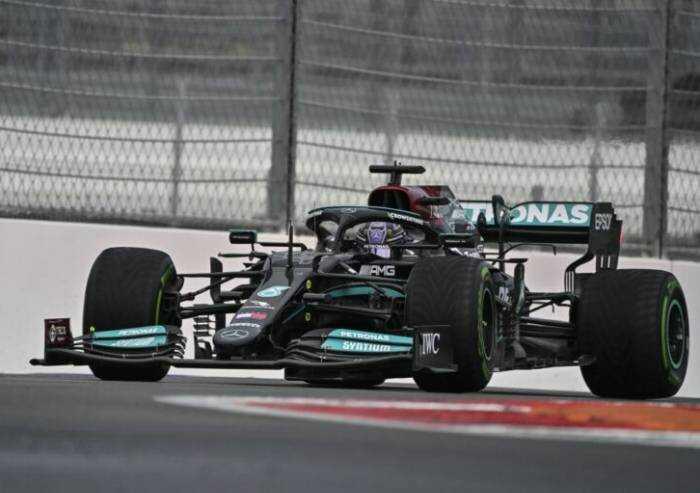Hamilton vince in Russia e fa 100. Terza la Ferrari di Sainz