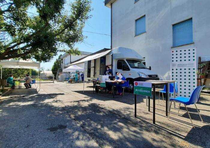 Vaccino, ecco il camper davanti alle scuole Spallanzani Castelfranco