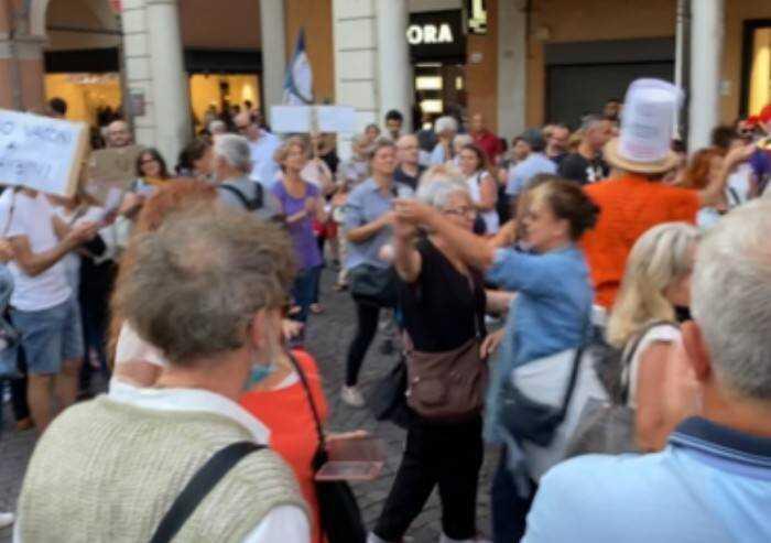 Modena, 5 commercianti attaccano i cortei pacifici contro Green Pass