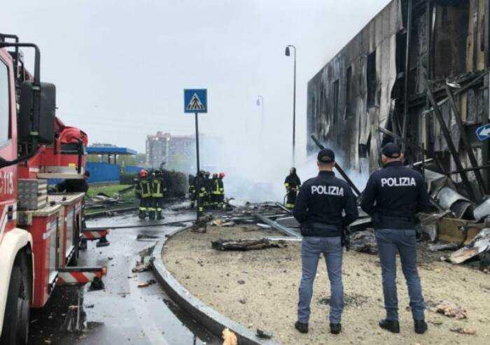 Aereo privato precipita a San Donato Milanese, otto morti