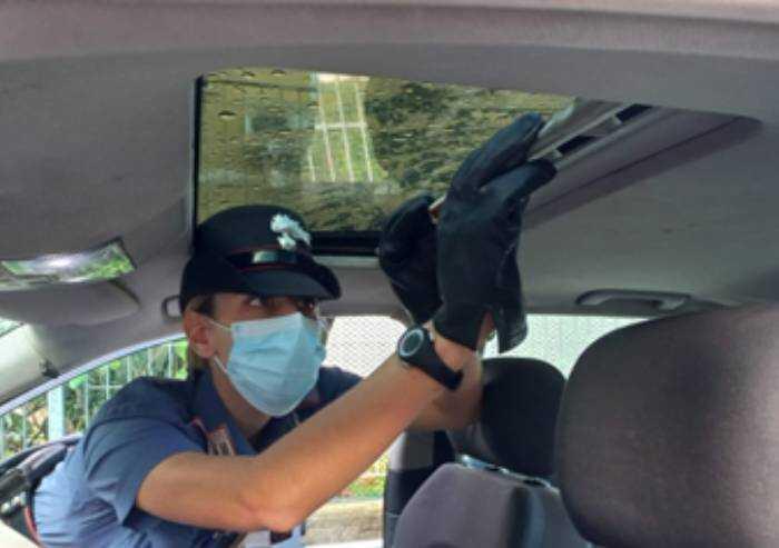 Sorpreso con droga nascosta nel tettuccio dell'auto: arrestato magrebino