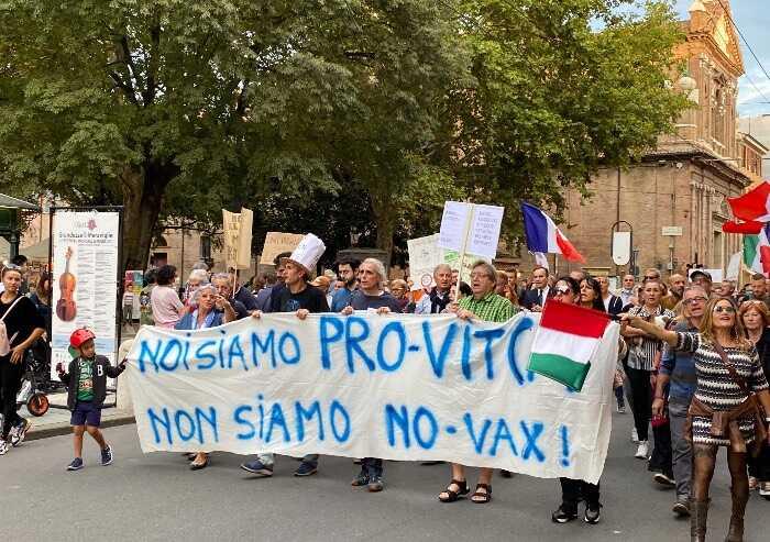Cortei pacifici anti Green Pass, la spuntano i commercianti: sabato niente sfilata