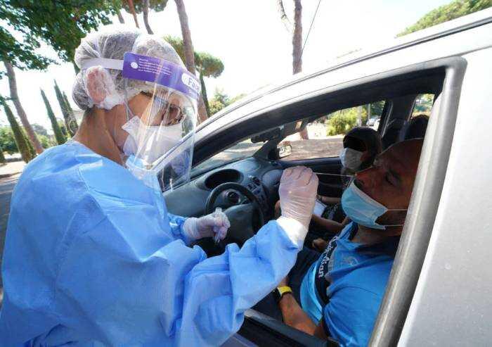'Servono 15 milioni di tamponi a settimana a lavoratori non vaccinati: impossibile'