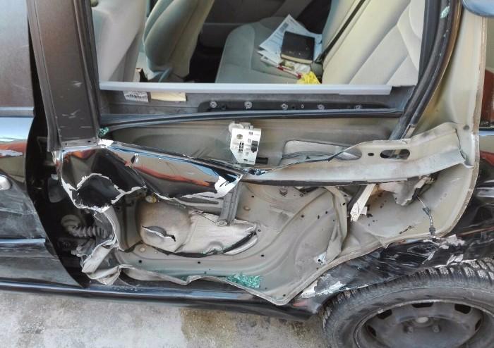 Centra in pieno auto e scappa: bloccato a Pavullo pirata della strada