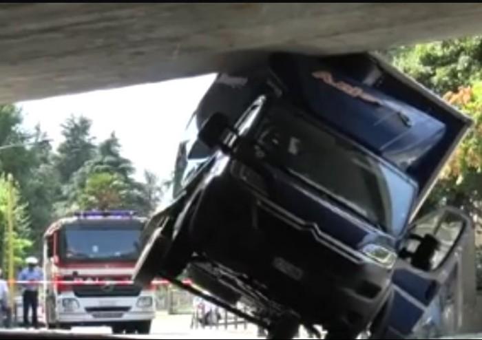 Camion incastrato in un sottopasso a Casalecchio