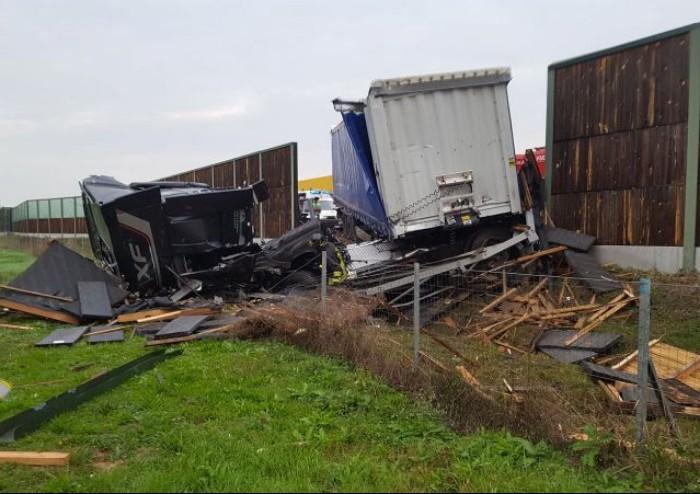Schianto tra camion in A1, vigili del fuoco al lavoro