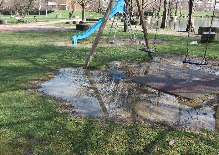 Parco Amendola, pedonali e ciclabili devastate: i cittadini fanno appello al Comune