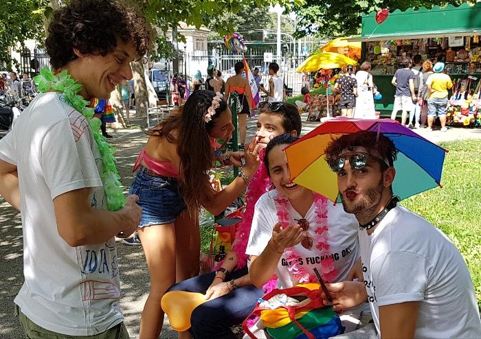 In migliaia al Pride: Bologna arcobaleno speranza