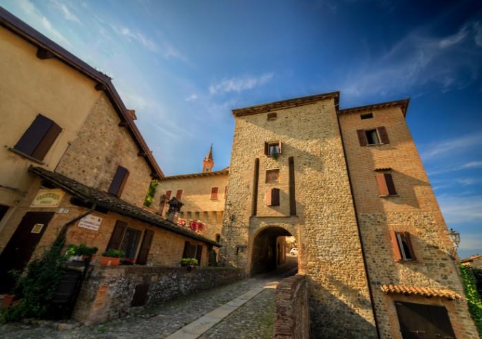 Savignano Alto, il borgo antico e i vigneti addormentati sulla collina