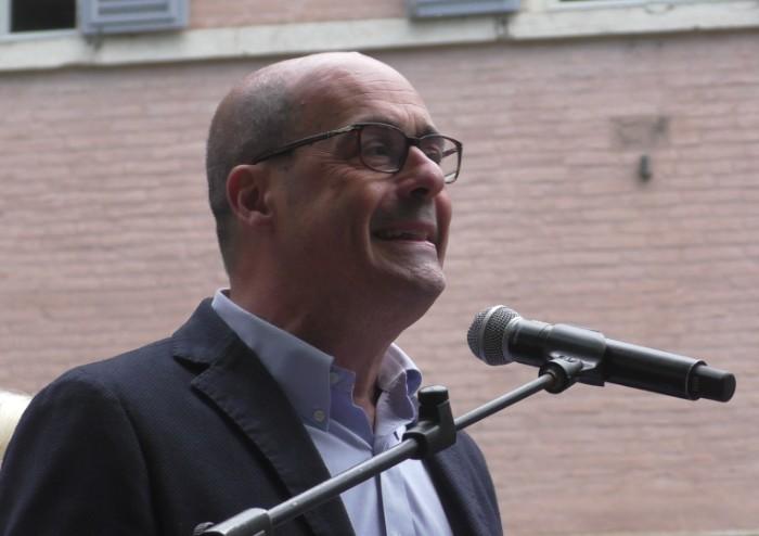 Zingaretti scuote la piazza PD: 'Uniti per vincere i distruttori'