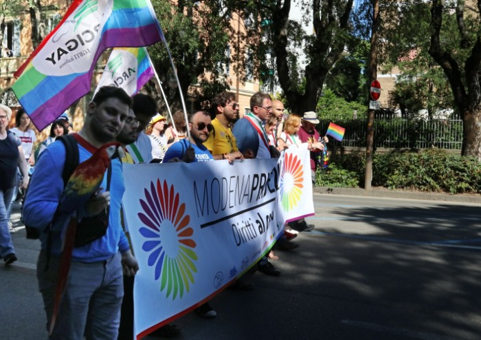 In 15.000 per Modena Pride, festa di colori e musica, ma il PD stona