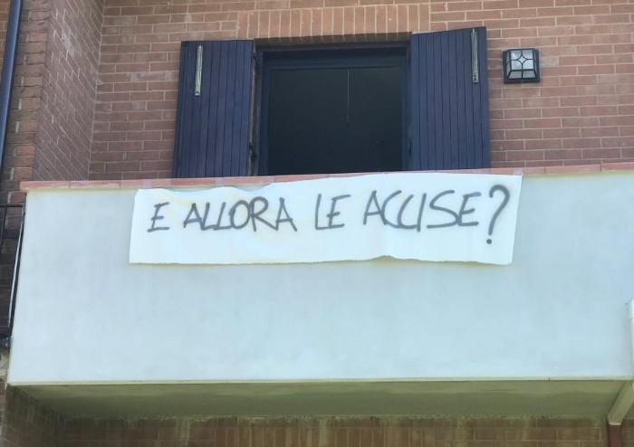 Mirandola, beffa a Salvini: 49 lenzuoli alla vigilia del suo arrivo