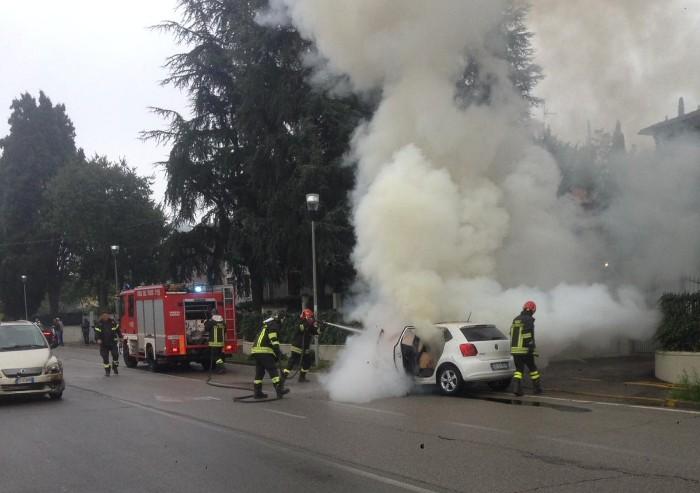 Fiorano, incidente tra tre auto: una Polo prende fuoco
