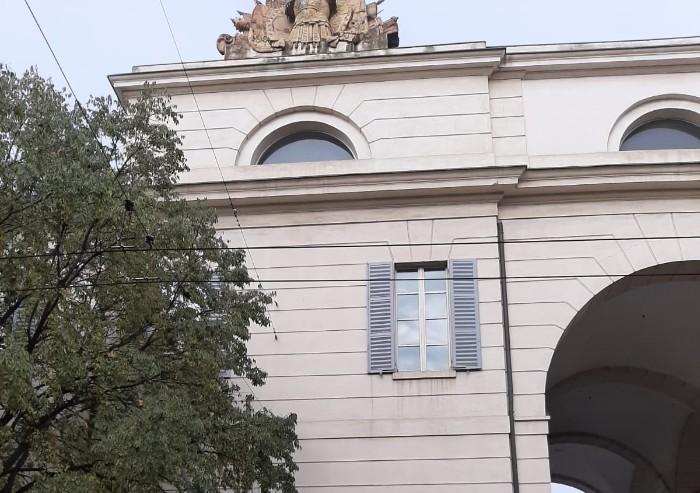 Via Berengario, crolla pezzo di statua dal tetto dell'Università