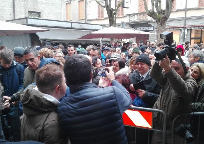 Salvini a Pavullo, in centinaia sotto la pioggia: 'Qui solo persone che amano l'Italia'
