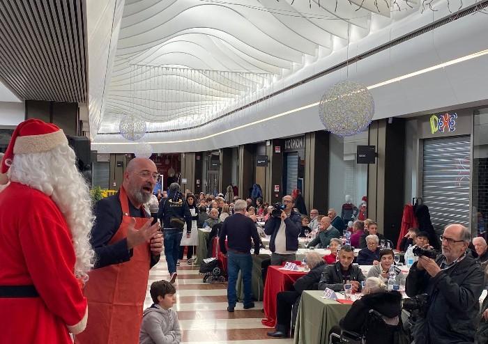Pranzo Natale degli anziani alla Rotonda: Bonaccini cameriere-oratore