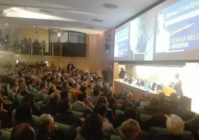 Meloni a Modena: 'Bonaccini cenerentola che nasconde gli squali con le sardine'