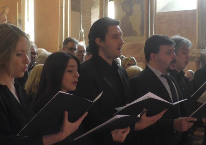 L'ultimo canto per Mirella: in Duomo l'abbraccio della sua Modena