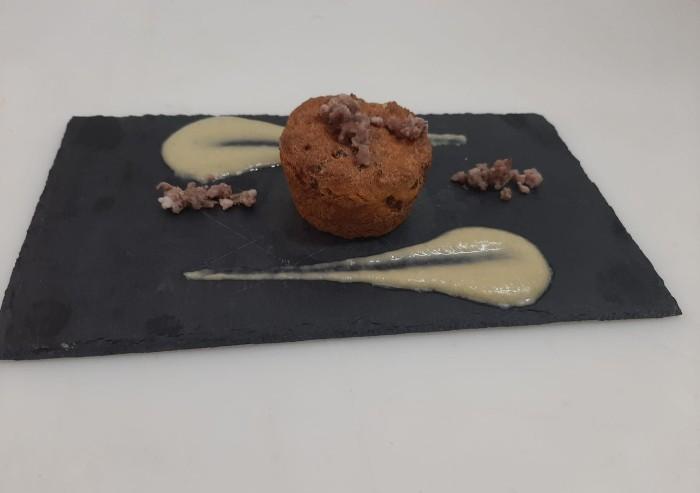 La ricetta: muffin di polenta e salsiccia con crema di sedano