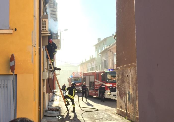 Incendio a Bastiglia, sigaretta spenta male: appartamento distrutto