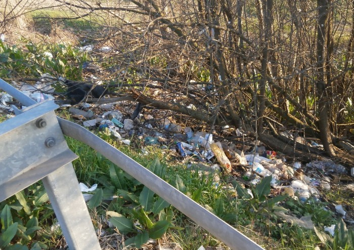 Castelfranco, aree di sosta in tangenziale trasformate in discarica