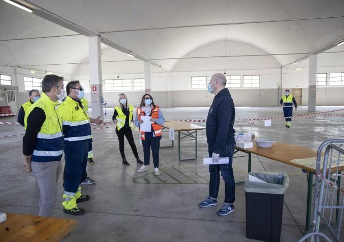 Coronavirus, visita di Bonaccini ai volontari e al personale del 118