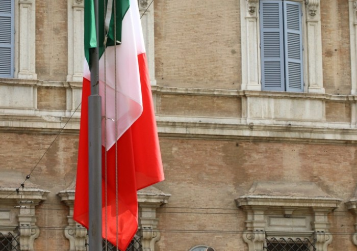 Festa della Repubblica: l'alzabandiera in piazza Roma