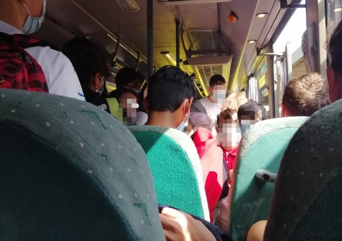 Covid, bus affollati: a scuola regole rigide. In corriera è la giungla