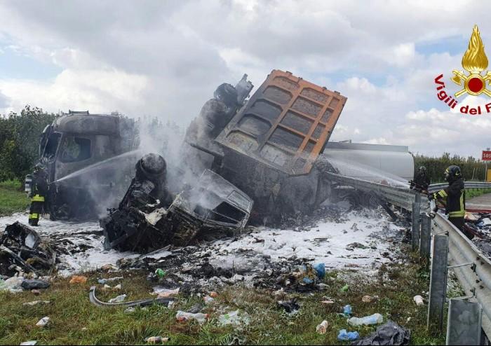 Inferno in A1, rogo dopo lo scontro tra due camion: un morto