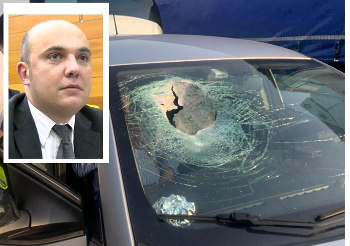 Masso si stacca dalla A1 e sfonda auto: grave consigliere Barcaiuolo
