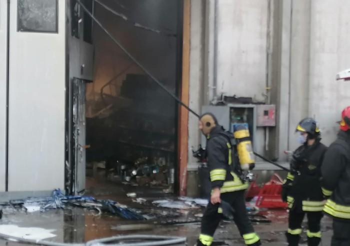 Modena, devastante incendio in un magazzino di articoli orientali