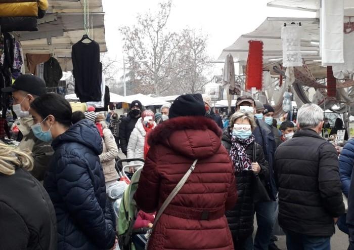 Modena, domenica di mercato al Novi Sad: assembramenti con mascherina