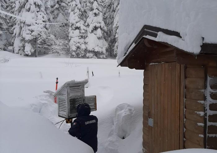 Nevicata record, superati i due metri: ora è allarme valanghe