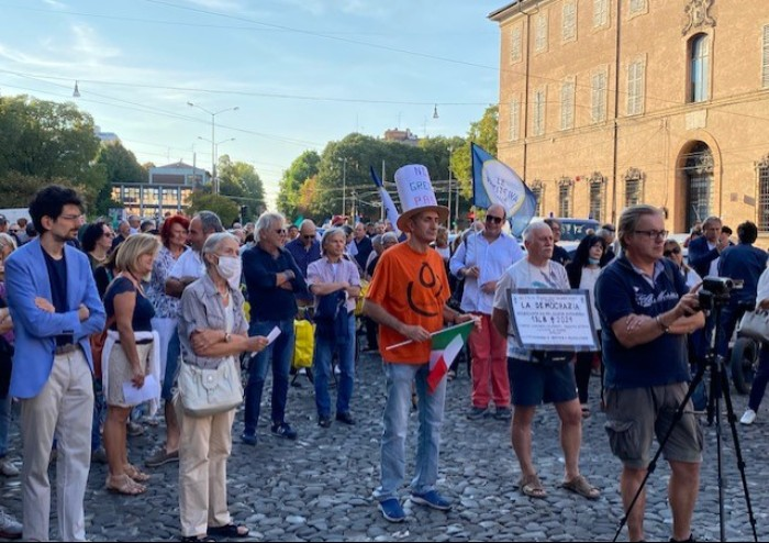 Modena, in 500 al corteo pacifico in centro per dire no al Green Pass