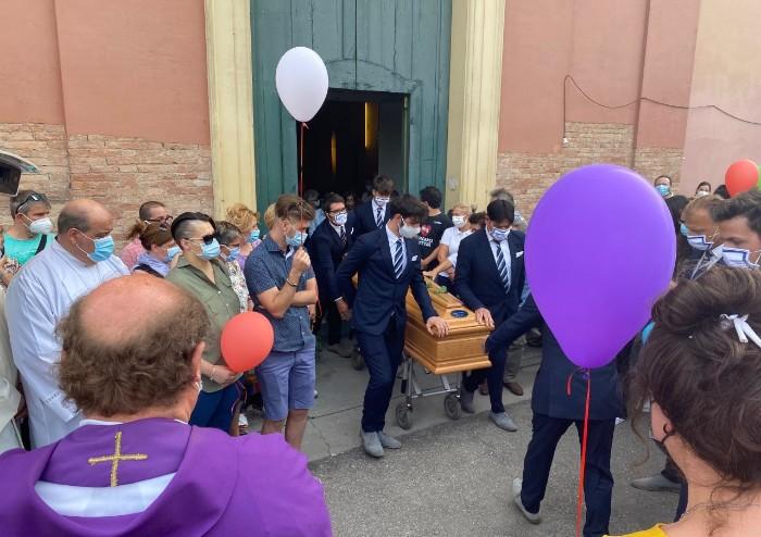 Lo straziante addio a Giulia, morta il giorno dopo la vaccinazione