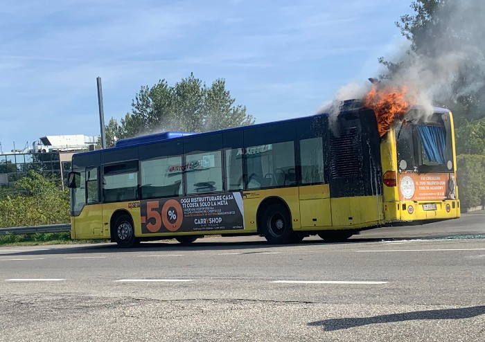 Modena, autobus Seta in fiamme in via Emilia Ovest